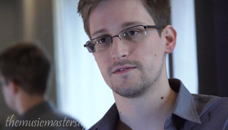 Edward Snowden อดีตผู้รับเหมา CIA ที่รั่วไหลของความลับข่าวกรองในปี 2013 ได้ตกลงที่จะริบเงินมากกว่า 5 ล้านดอลลาร์ที่เขาได้รับจากหนังสือของเขา