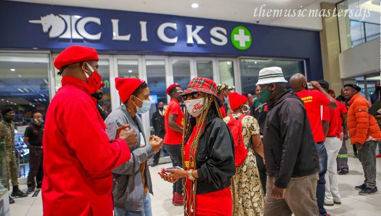 แอฟริกาใต้ มีการประท้วงปะทุขึ้นเนื่องจากโฆษณาTRESemmé โฆษณา 2 ชิ้นชิ้นหนึ่งแสดงผมของผู้หญิงผิวดำที่มีข้อความว่าชี้ฟูและหมองคล้ำ