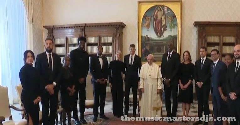 ผู้เล่น NBA ถูกยกย่อง จากสมเด็จพระสันตะปาปาที่วาติกัน สมเด็จพระสันตะปาปาฟรานซิสพบปะกับผู้เล่น NBA ที่วาติกันเมื่อวันจันทร์โดยยกย่องให้พวกเขา