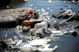 ขยะเต็มแม่น้ำบอสเนีย เร็วเกินกว่าที่คนงานจะดึงออก