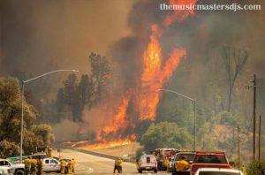 นักผจญเพลิงเดินหน้าไฟที่ปิดทางหลวงแคลิฟอร์เนีย